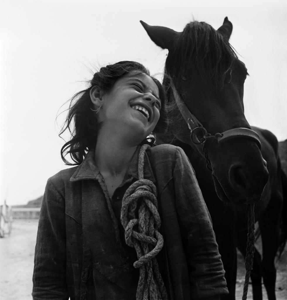 Una bambina paesana riconduce il suo cavallo nella sua casa fra i sassi, Matera, Basilicata, Italia, 1948