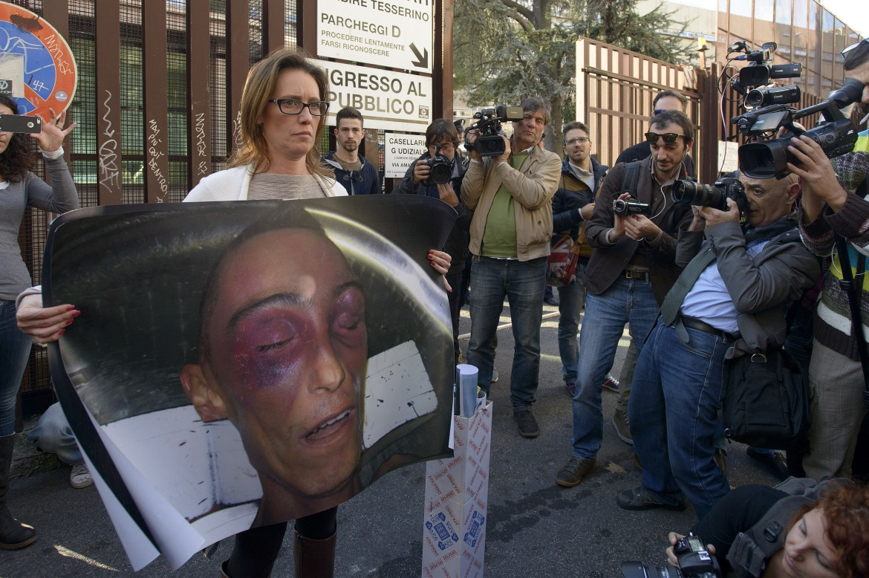Ilaria Cucchi, con le foto del cadavere del fratello, Stefano