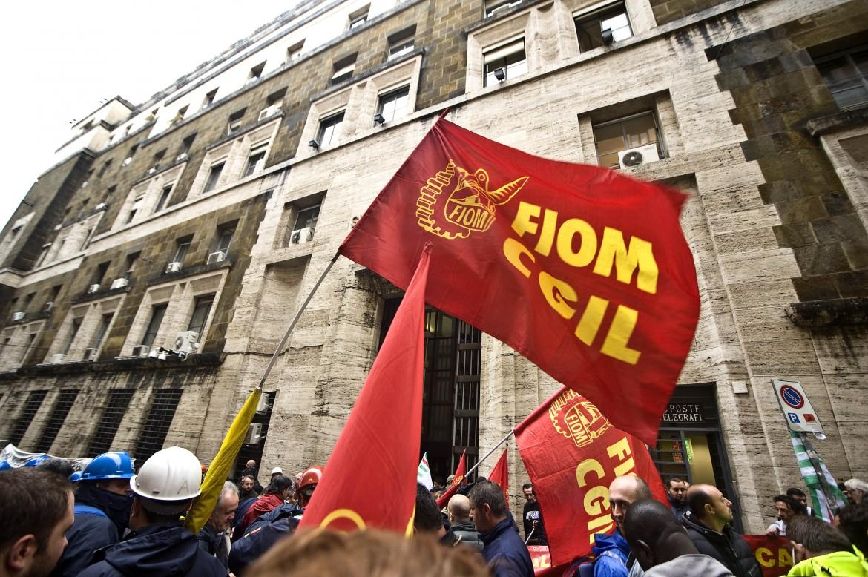 Lavoratori della Ast di Terni sotto il ministero dello Sviluppo economico a Roma
