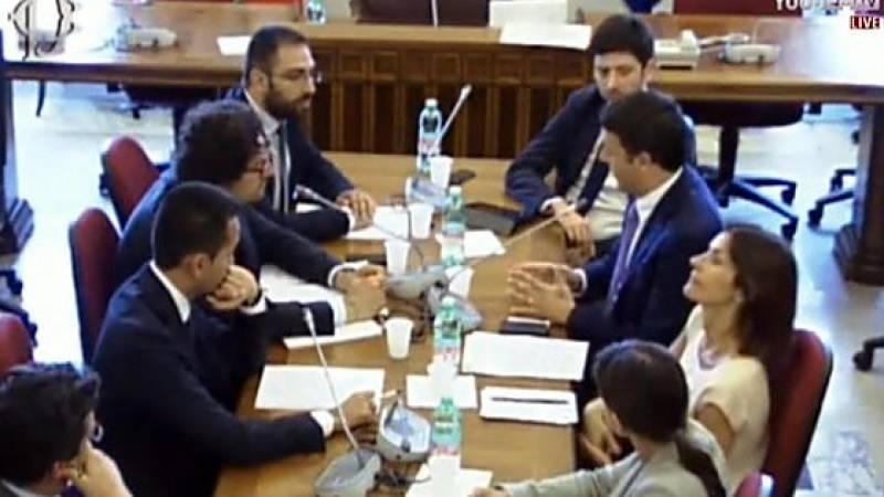 Un'immagine dallo streaming del vecchio incontro tra Renzi e i parlamentari grillini