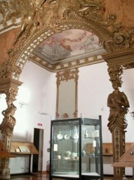 Una delle sale del museo d'arte orientale ricavata nella stanza da letto dei principi Brancaccio