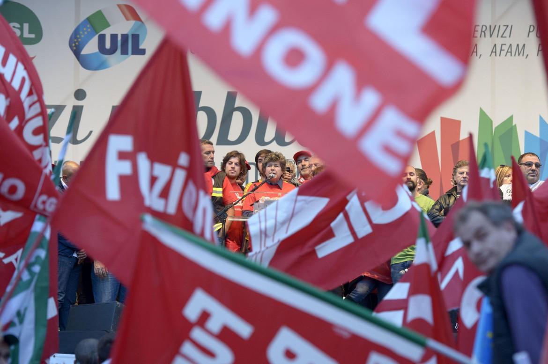 La manifestazione dei lavoratori del pubblico impiego, ieri a Piazza del Popolo