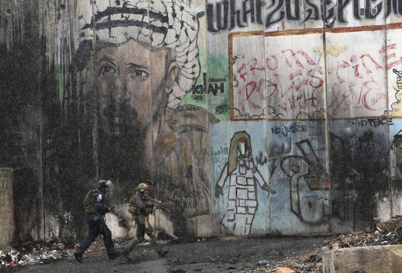Yasser Arafat in un murales al checkpoint di Qalandiya