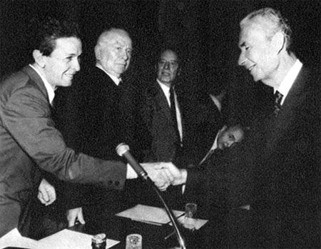 A destra, Aldo Moro. A sinistra, Enrico Berlinguer