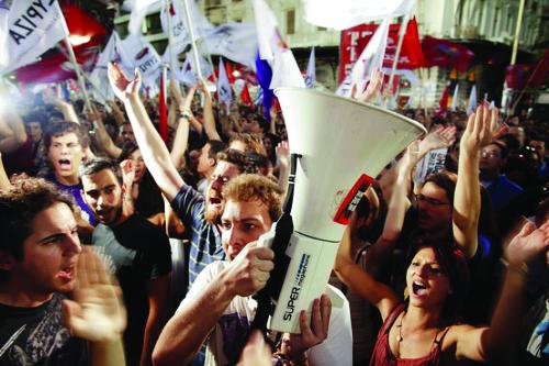 Manifestazione di Syriza ad Atene, in basso il leader greco Alexis Tsipras e quello di Podemos Pablo Iglesias
