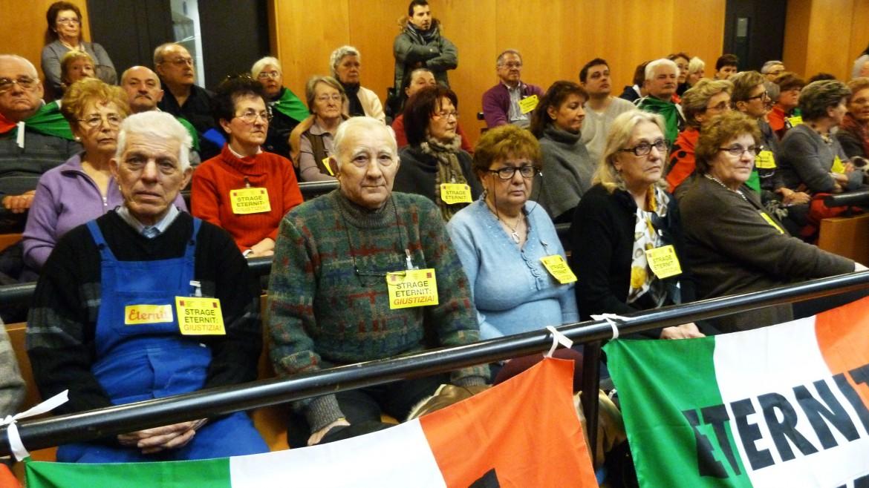 I familiari dei lavoratori di Casale Monferrato durante l'udienza del processo