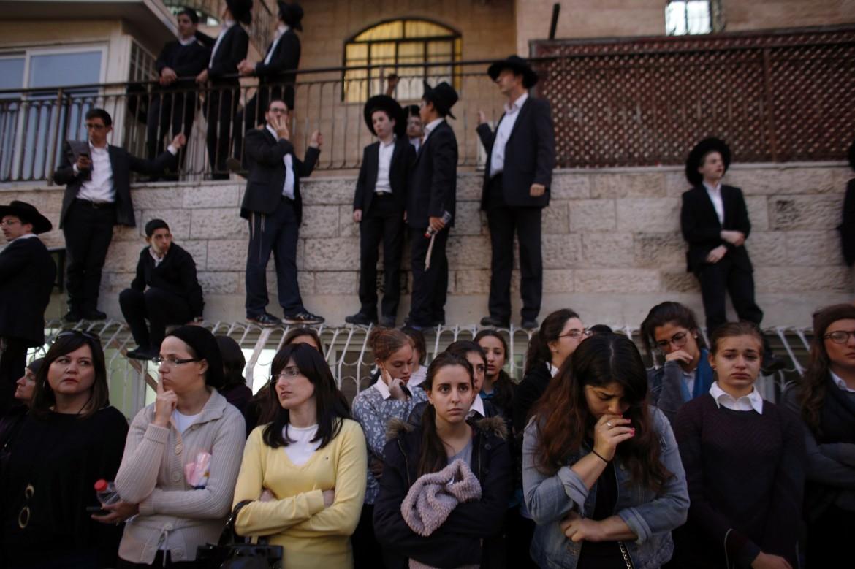 La comunità ortodossa durante i funerali a Gerusalemme