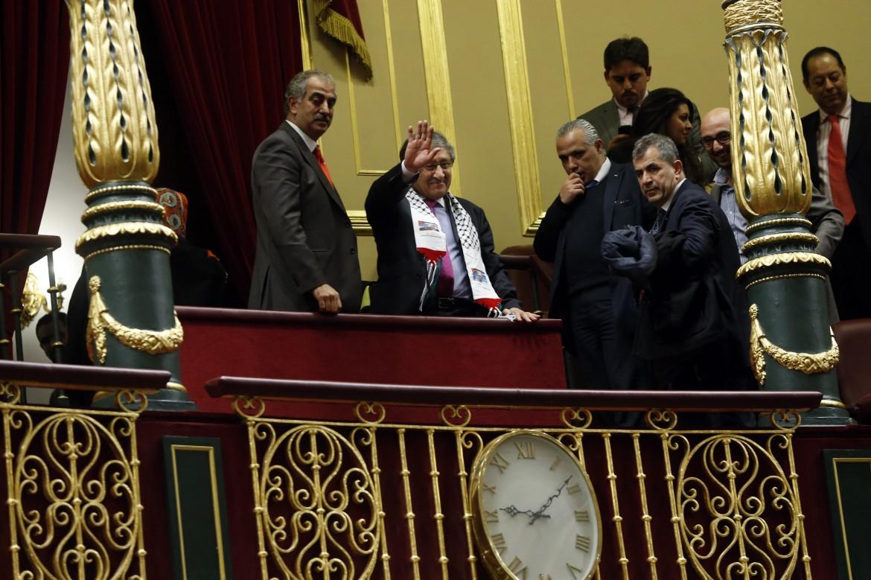Il delegato palestinese in Spagna Musa Amer Odeh con la sciarpa palestinese dopo il voto delle Cortes sul riconoscimento dello stato palestinese