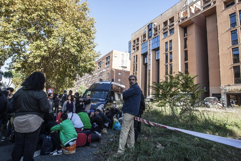 Profughi davanti al centro di viale Morandi, a Tor Sapienza