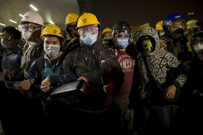 Gli studenti mascherati ieri a Hong Kong