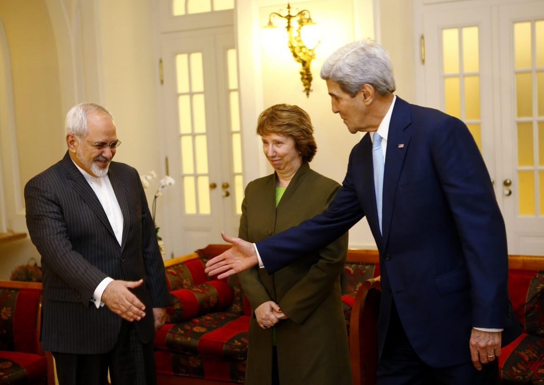 Il ministro degli Esteri iraniano Javad Zarif stringe la mano a John Kerry