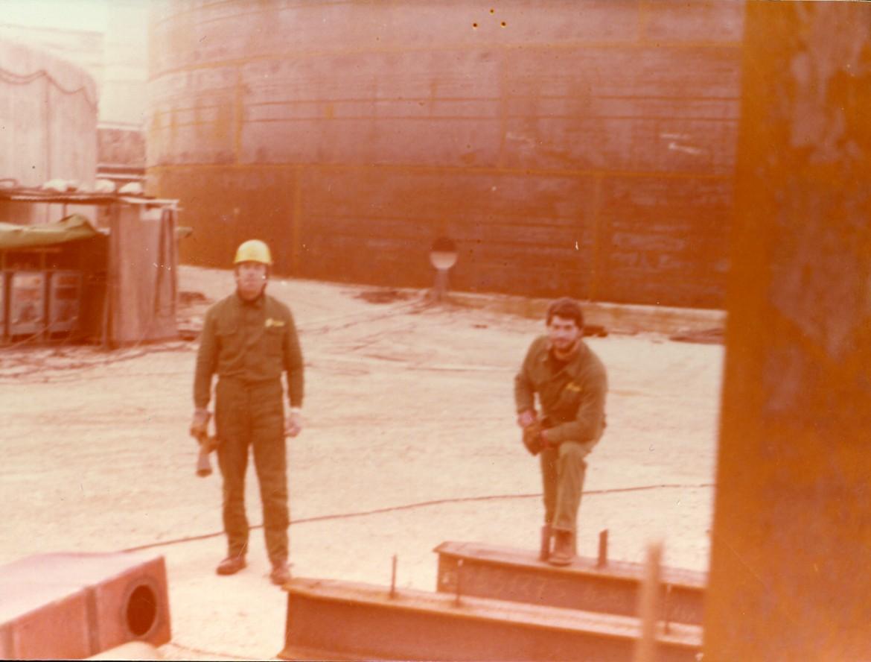 Renato Prunetti (a sinistra) in fabbrica