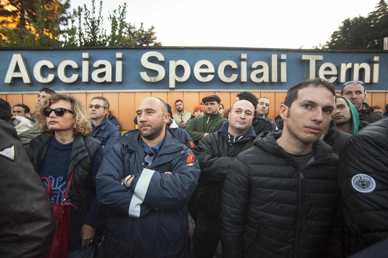 I lavoratori in presidio alle Acciaierie speciali di Terni