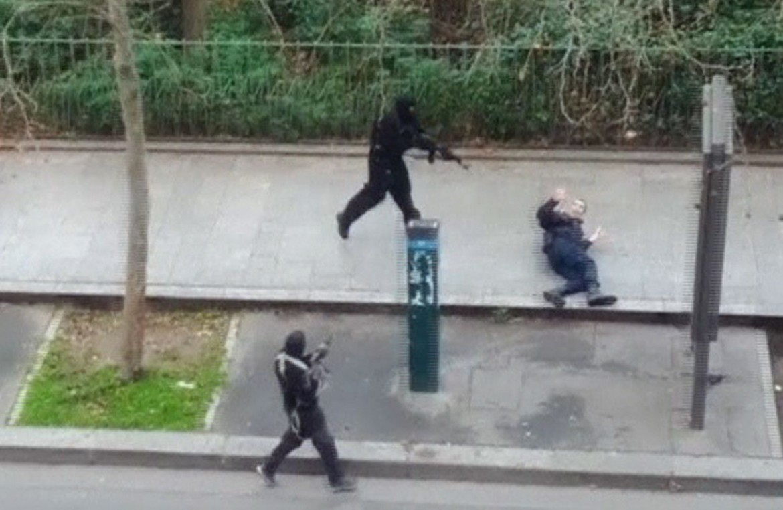 Un frammento del video che mostra il kommando uccidere un poliziotto ferito a terra per le vie di Parigi