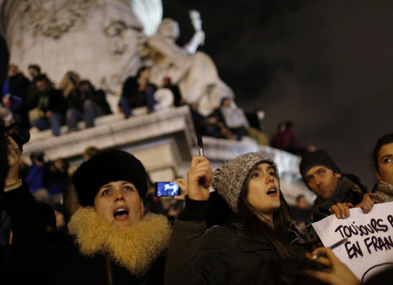 Francesi in piazza a Parigi per