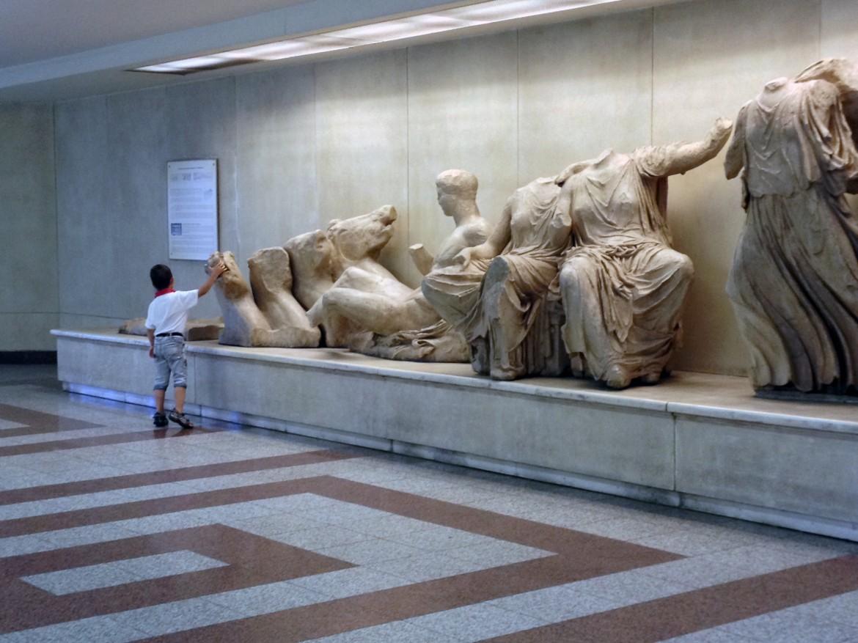 Atene, copia del Frontone est del Partenone (stazione metro Akropolis)