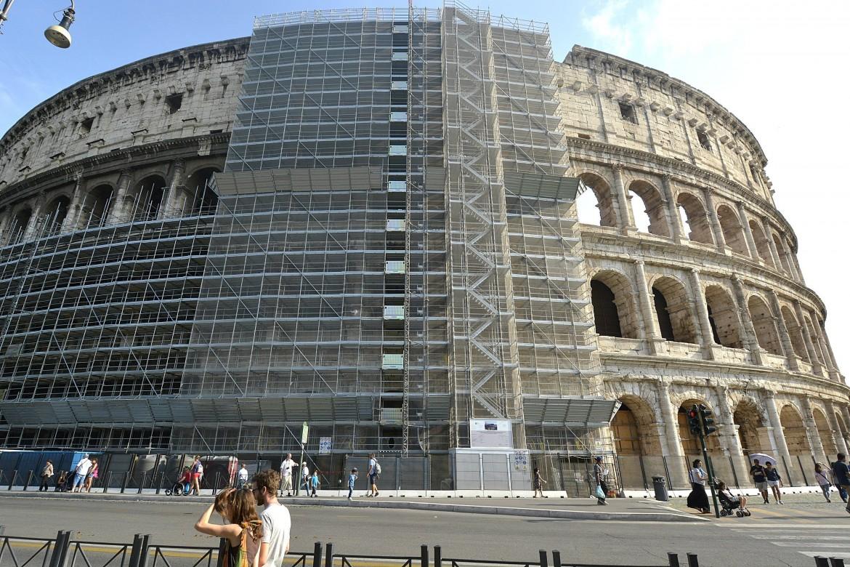 Il Colosseo con i ponteggi