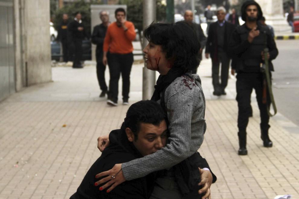 Nella foto il momento dell'abbraccio tra l'attivista egiziana e il marito