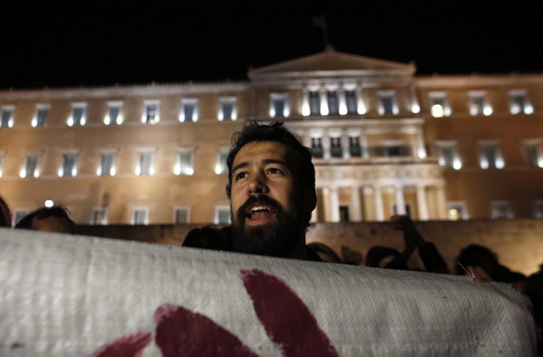 Manifestazione popolare di fronte al parlamento di Atene contro l'austerity