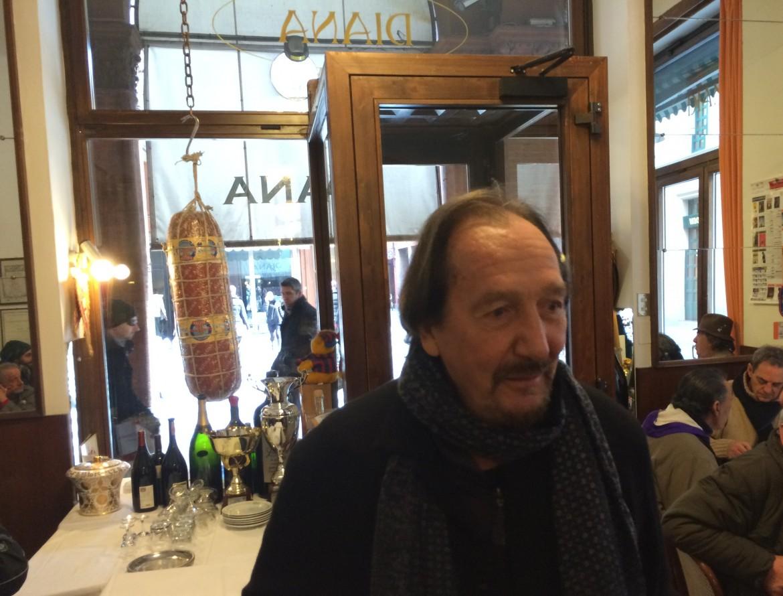 Andrea Mingardi qui - quando c'è da aiutare gli ultimi - non manca mai. Pregasi notare l'insaccato in vetrina del Ristorante Diana.
