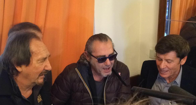 Ad un certo punto, Mingardi Carboni Morandi han preso la chitarra e si son messi in fondo al locale: puzza di grande evento