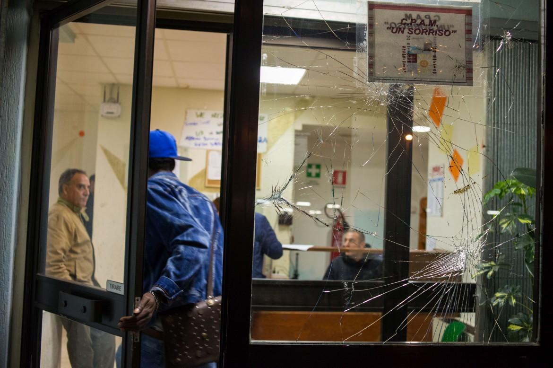 L'ingresso del centro di accoglienza per rifugiati di Tor Sapienza, con ancora i segni dell'assalto