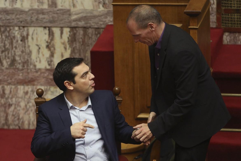 Tsipras e Varoufakis nel parlamento di Atene
