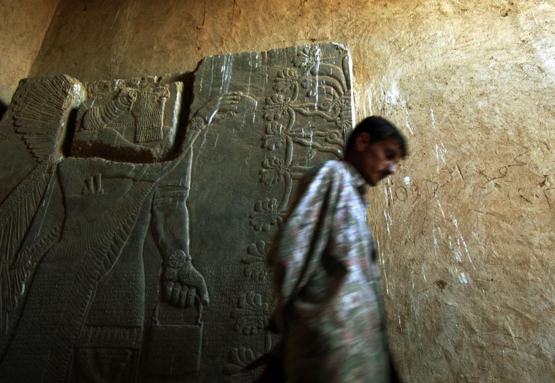 I danni inferti alla testa di una delle figure alate di Nimrud