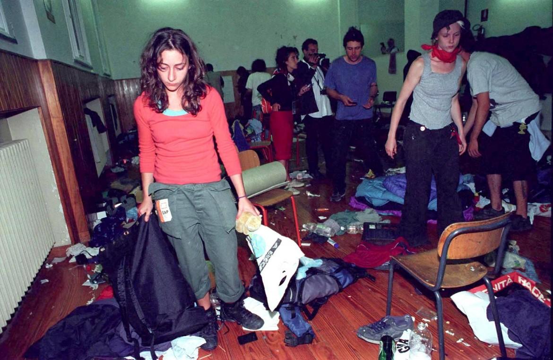 Giovani alla scuola Diaz nel 2001 cercano di recuperare le proprie cose dopo il massacro