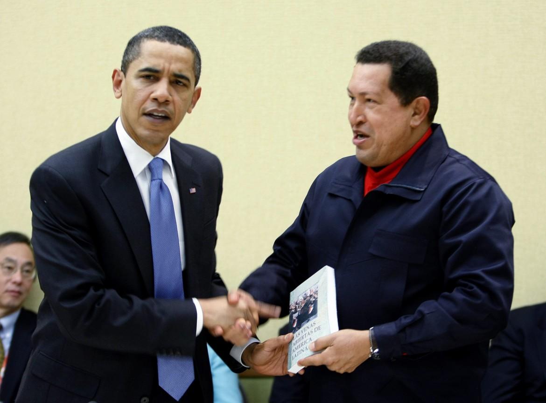 La celebre foto al Vertice delle Americhe nel 2009: l'allora presidente del Venezuela, Hugo Chávez, consegna a Barack Obama una copia di «Le vene aperte dell'America latina»
