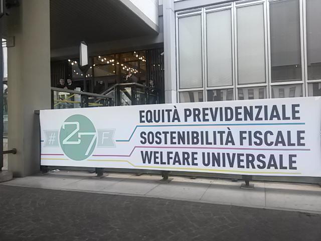Uno degli striscioni esposti ieri allo Speakers' Corner all'Inps di Roma
