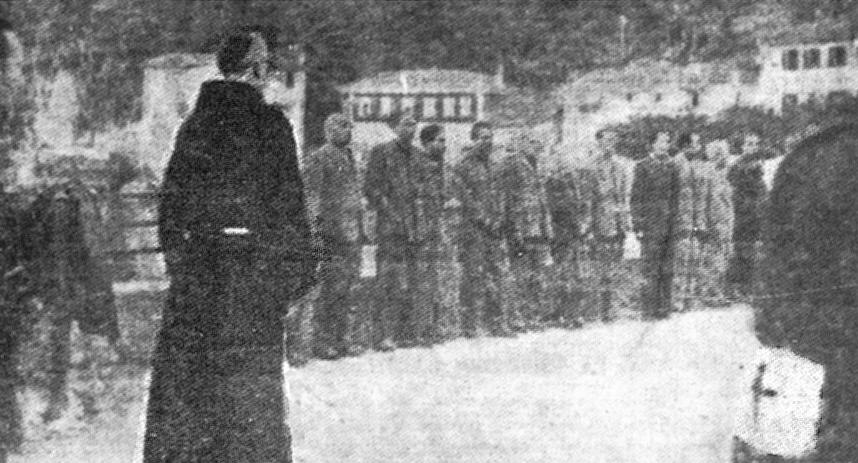 I condannati a morte ricevono l'assoluzione. Dongo, 28 aprile 1945.