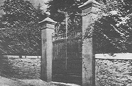Giulino di Mezzegra (CO) - Cancello di Villa Belmone, in un immagine del dicembre 1945, dopo l'esecuzione di Mussolini. Visibili due croci nere.