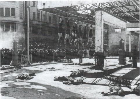 Milano, Piazzale Loreto, 29 aprile dopo mezzogiorno. I cadaveri appesi