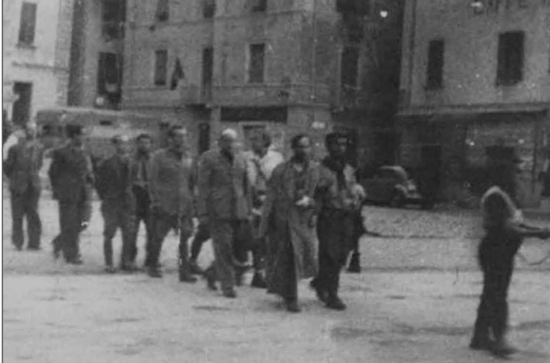 Dongo, 28 aprile. Corteo dei condannati a morte in Piazza, innanzi si distingue Pavolini con braccio fasciato