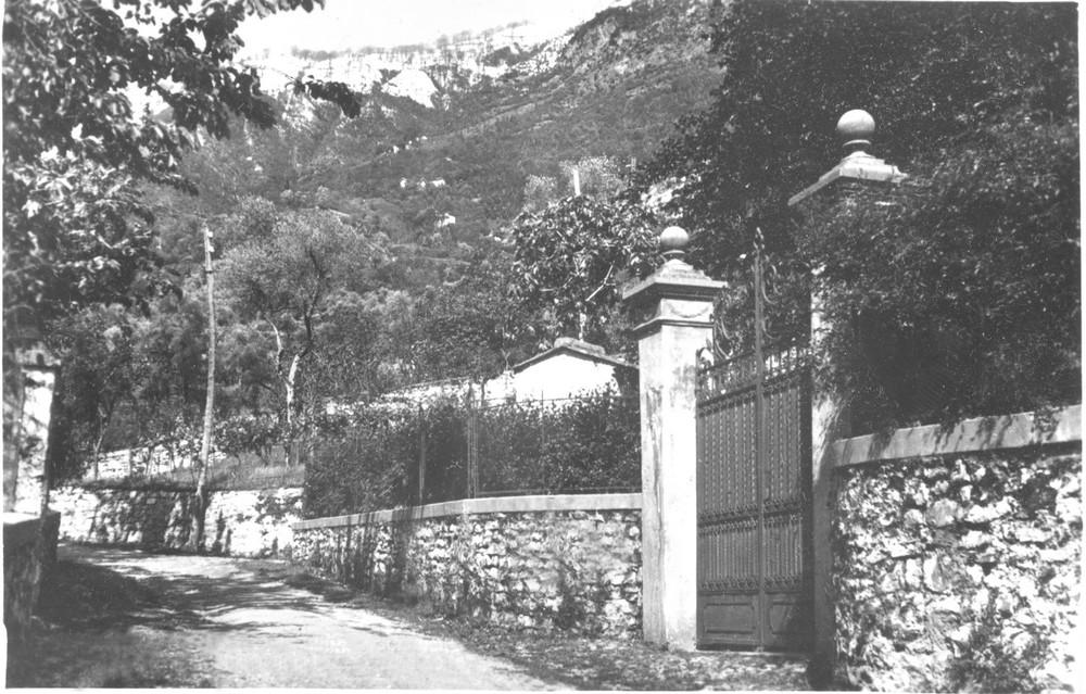Fig. 23. Giulino di Mezzegra (CO) - Cancello e vialetto innanzi a Villa Belmonte, in un immagine precedente l'esecuzione di Mussolini