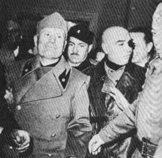 Mussolini a Milano, sera del 25 aprile. Con lui Pavolini (coi baffi al centro) e Barracu (con la benda sull'occhio)