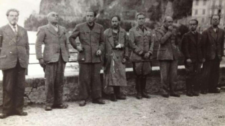 Alcuni condannati a morte prima dell'esecuzione a Dongo, 28 aprile 1945. Da sinistra: Nicola Bombacci, Francesco Maria Barracu, Idreno Utimperghe, Alessandro Pavolini, Vito Casalinuovo, Paolo Porta, Fernando Mezzasoma, Ernesto Daquanno.