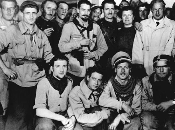 """Pier Luigi Bellini delle Stelle """"Pedro"""", comandante della 52a Brigata Garibaldi, al centro con barba e baffi."""