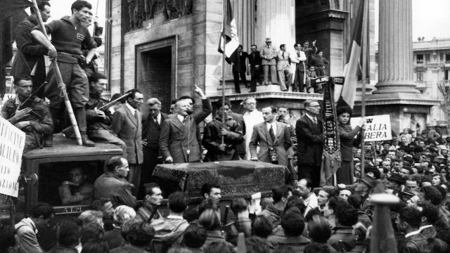 Sandro Pertini parla durante il Comizio della Liberazione a Milano, 28 aprile 1945.