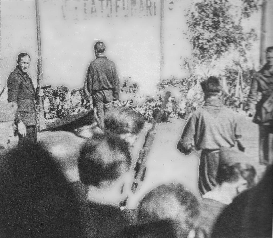 Piazzale Loreto, Milano, 28 aprle 1945. Achille Starace al momento della fucilazione.