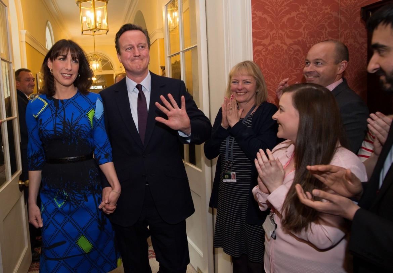 Il rientro di Cameron a Downing Street dopo la vittoria elettorale