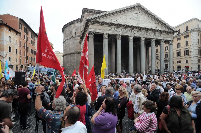 Roma, ieri a piazza del Pantheon la scuola in piazza