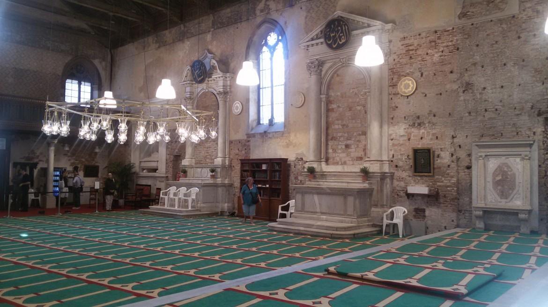 L'interno della chiesa santa Maria della Misericordia di Venezia trasformata in luogo di culto per i musulmani