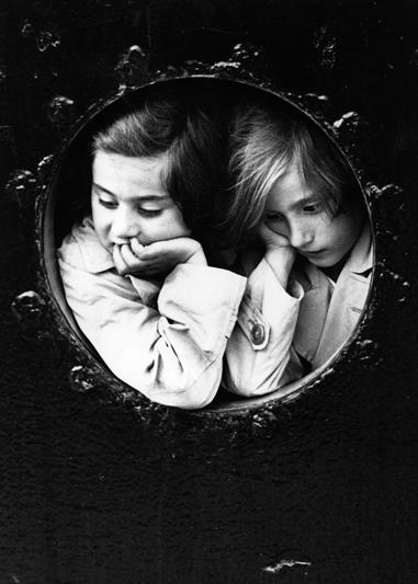 Due ragazzine affacciate all'oblò della nave Saint Louis