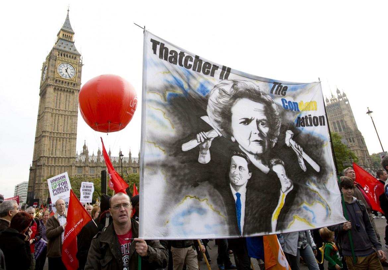 Protesta anti-austeryty davanti al parlamento britannico