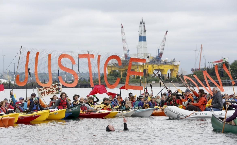 la protesta in kayak contro la Shell a Elliot Bay, Seattle
