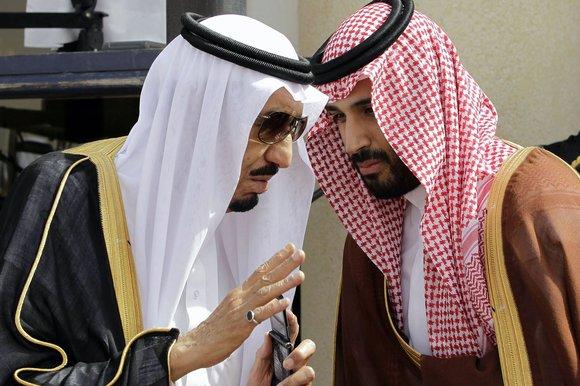 A sinistra Re Salman con il figlio Mohammed