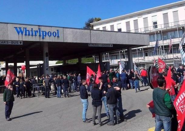 Una protesta degli operai Whirlpool contro il piano industriale dell'azienda