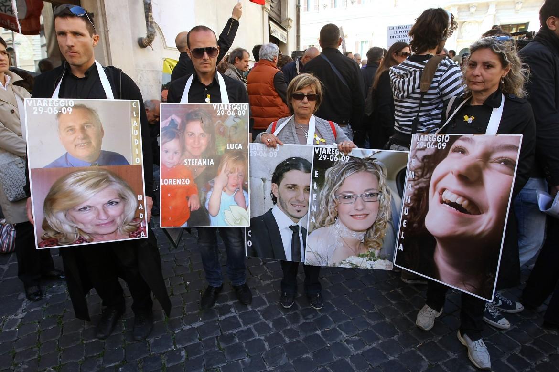 I familiari delle 32 vittime con le foto dei loro cari